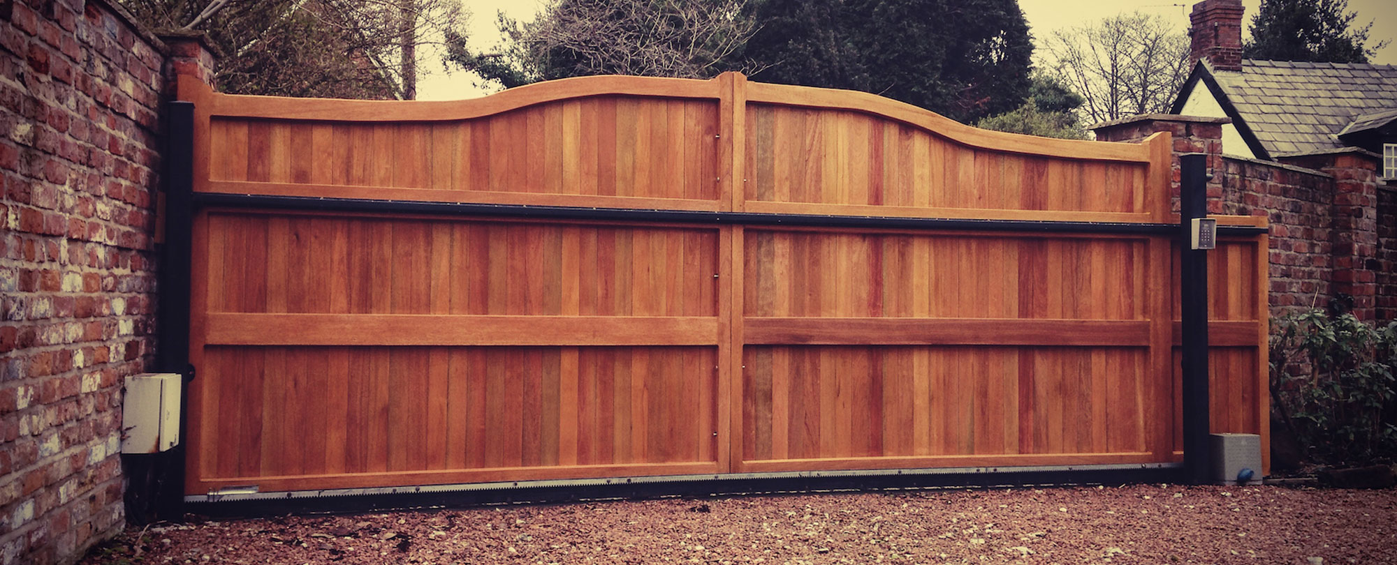 Electric smooth wood gate