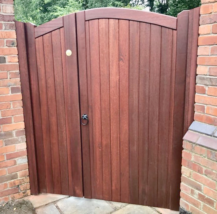 Meranti lymm style side gate with opening -panel in mahogany finish
