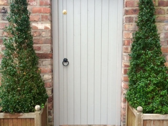 Side gate in arch in grey finish