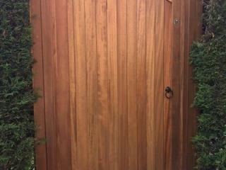 Idigbo lymm side gate with teak finish