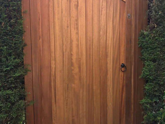 Idigbo lymm side gate with teak finish